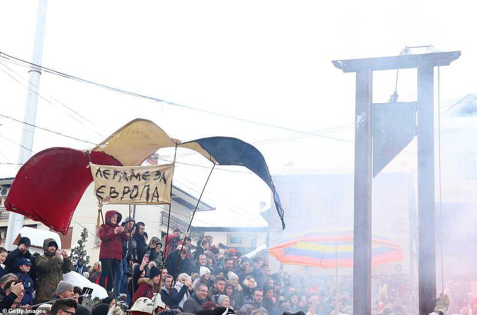 8abf6ea1919d Carnaval peculiar da Macedônia lembra um pesadelo de entorpecentes