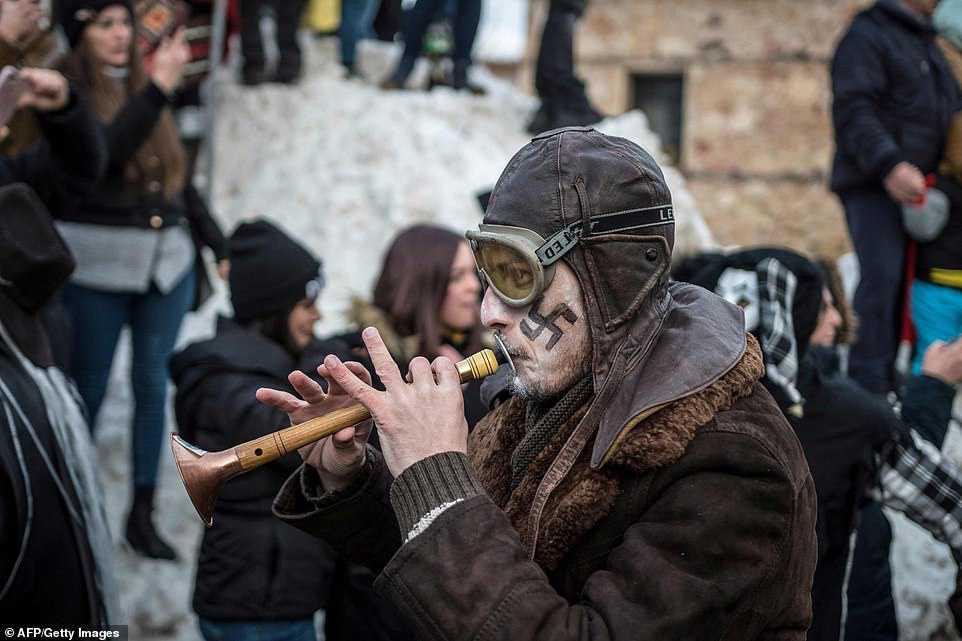 9635055408d7 Carnaval peculiar da Macedônia lembra um pesadelo de entorpecentes