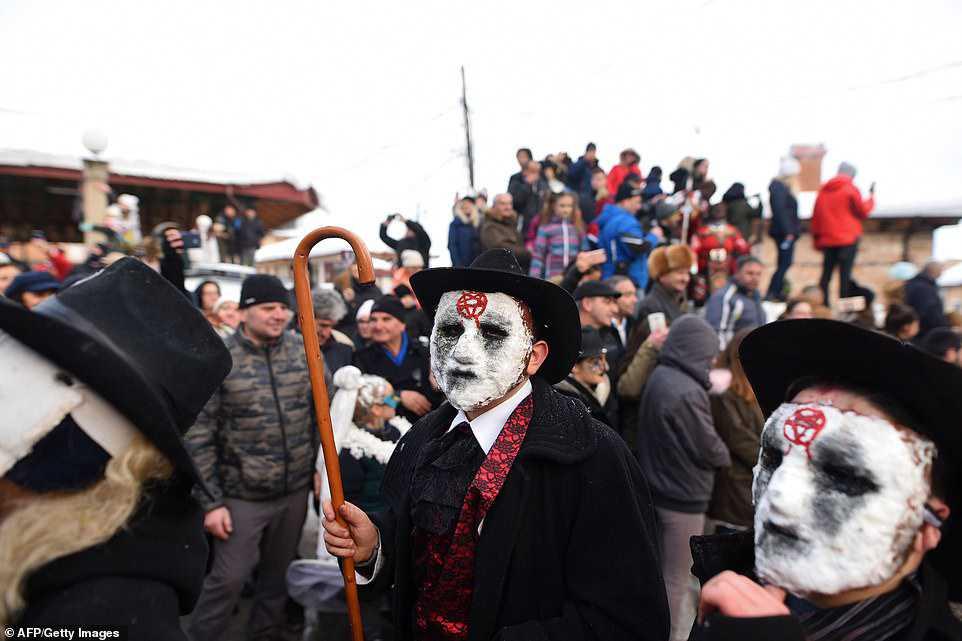 979887b3cd2c Carnaval peculiar da Macedônia lembra um pesadelo de entorpecentes