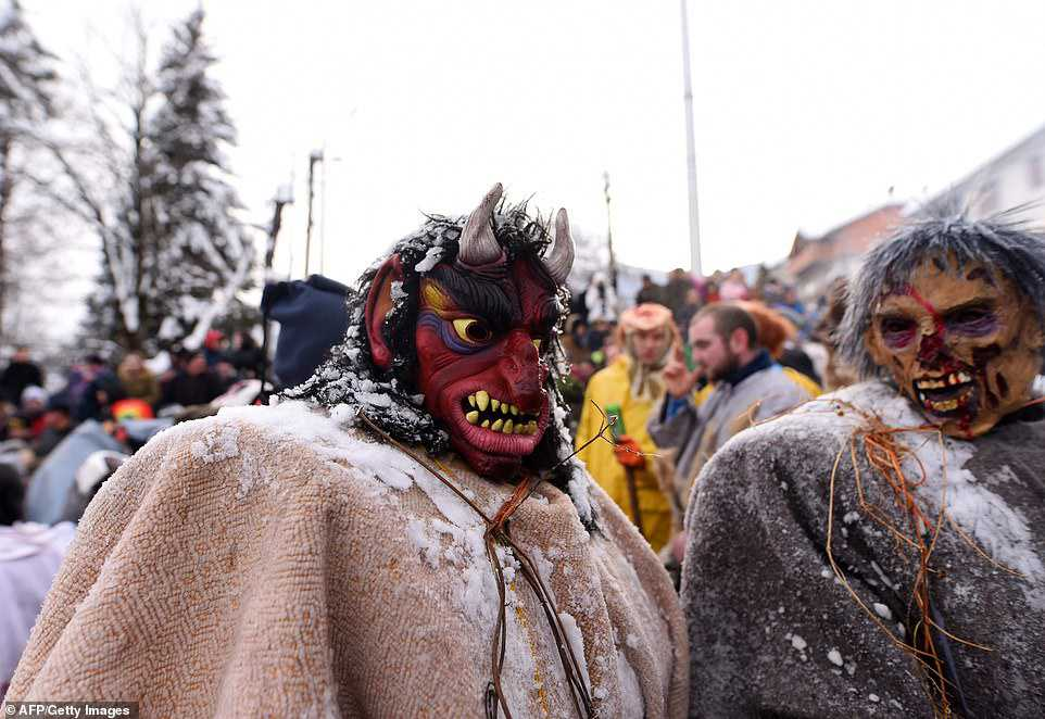 9ac1d1b0ac25 Carnaval peculiar da Macedônia lembra um pesadelo de entorpecentes