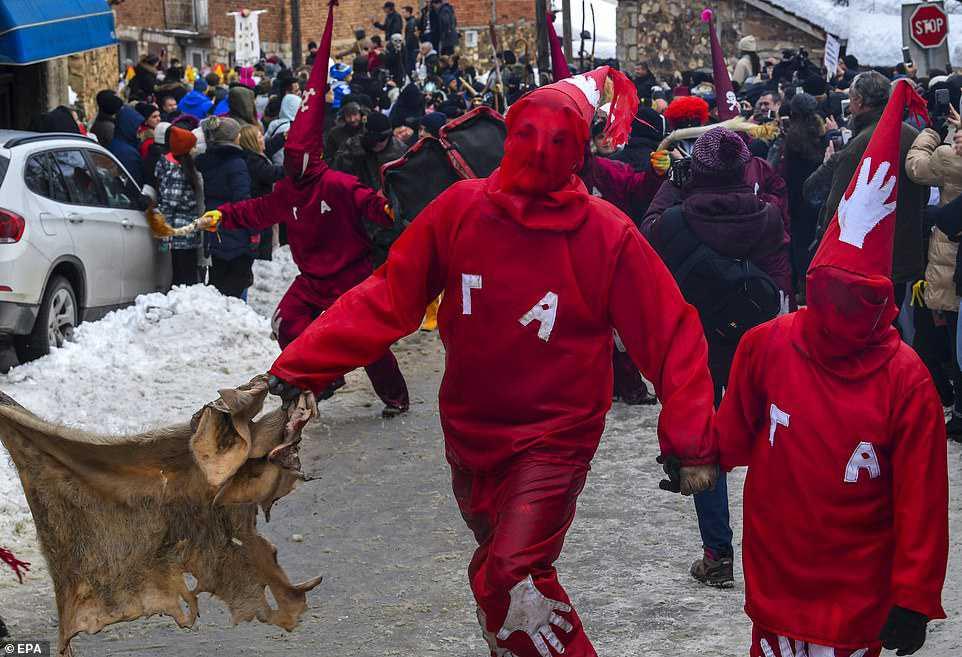 a0296cf8c2c2 Carnaval peculiar da Macedônia lembra um pesadelo de entorpecentes
