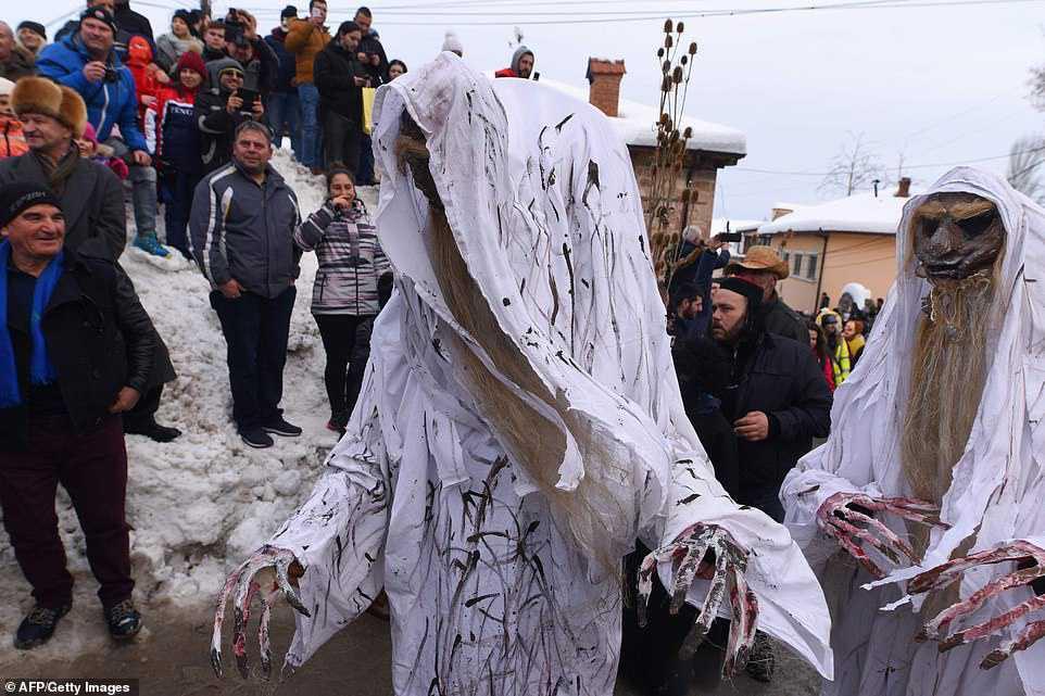 ad9cca4dcfe4 Carnaval peculiar da Macedônia lembra um pesadelo de entorpecentes