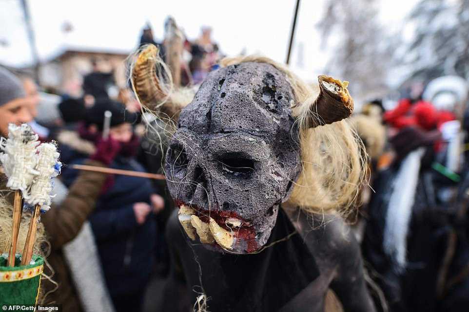 ce24a47e5d0c Carnaval peculiar da Macedônia lembra um pesadelo de entorpecentes