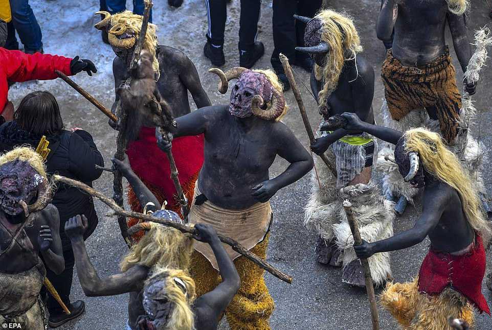d47019784804 Carnaval peculiar da Macedônia lembra um pesadelo de entorpecentes