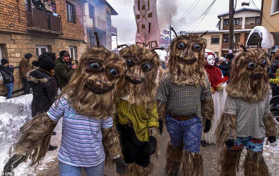 d5550437b4e5 Carnaval peculiar da Macedônia lembra um pesadelo de entorpecentes