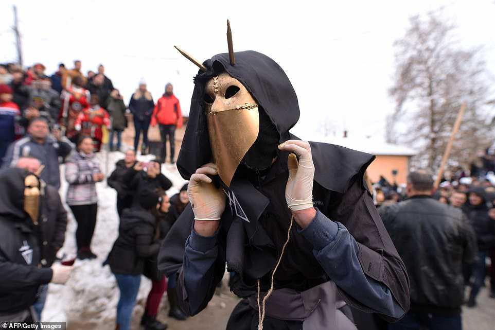 d82d9013ead1 Carnaval peculiar da Macedônia lembra um pesadelo de entorpecentes