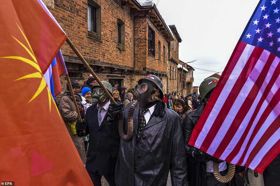 d848edf92bf2 Carnaval peculiar da Macedônia lembra um pesadelo de entorpecentes
