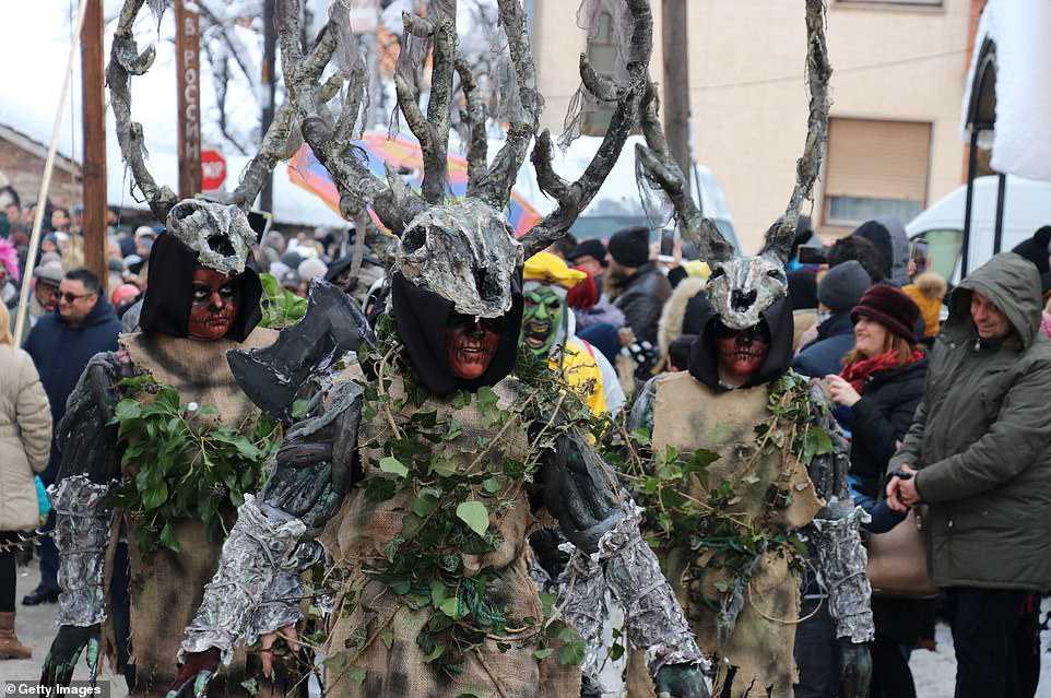 dd9788e74cdf Carnaval peculiar da Macedônia lembra um pesadelo de entorpecentes