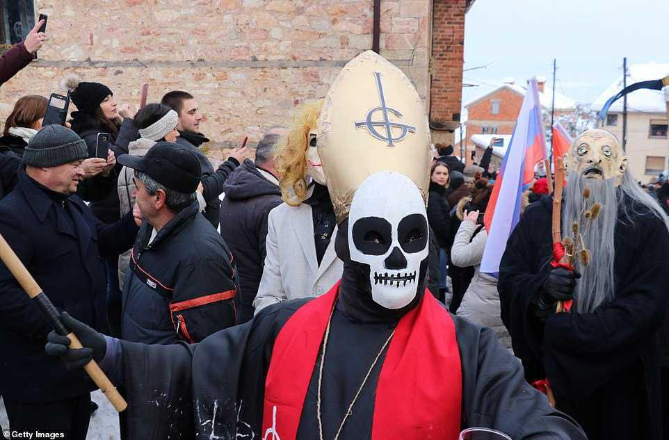 ec1fa09a53dc Carnaval peculiar da Macedônia lembra um pesadelo de entorpecentes