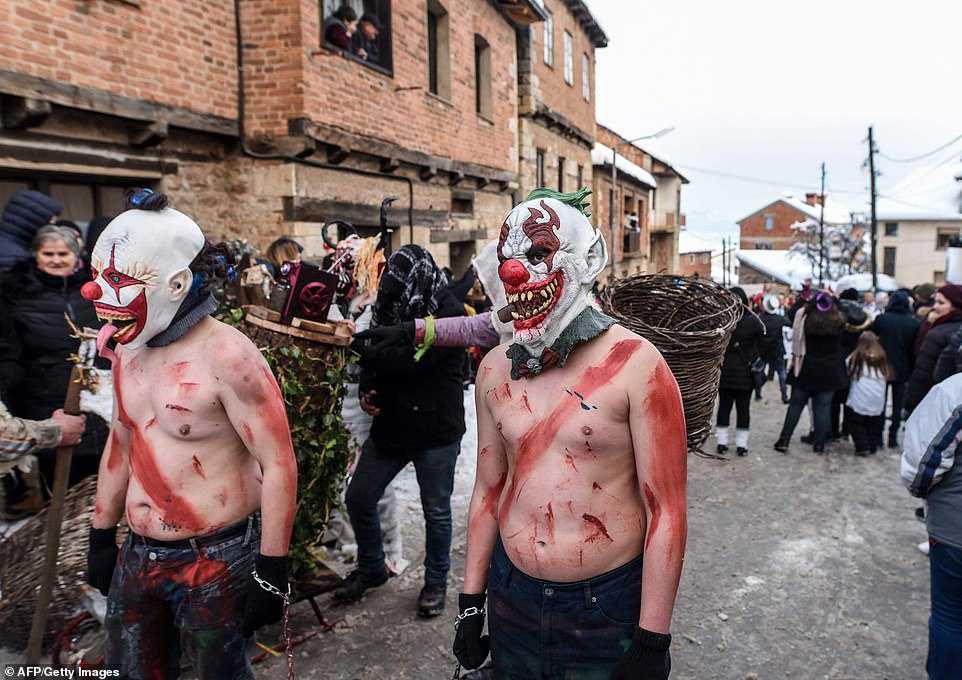 f90c8067e699 Carnaval peculiar da Macedônia lembra um pesadelo de entorpecentes