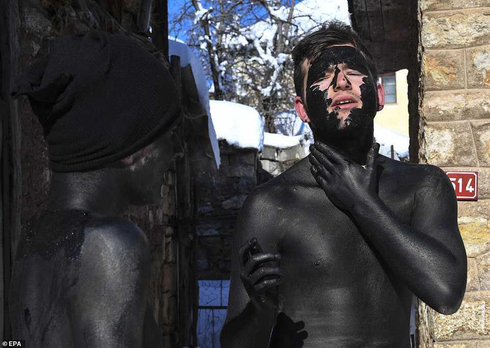 f97c61164fa3 Carnaval peculiar da Macedônia lembra um pesadelo de entorpecentes