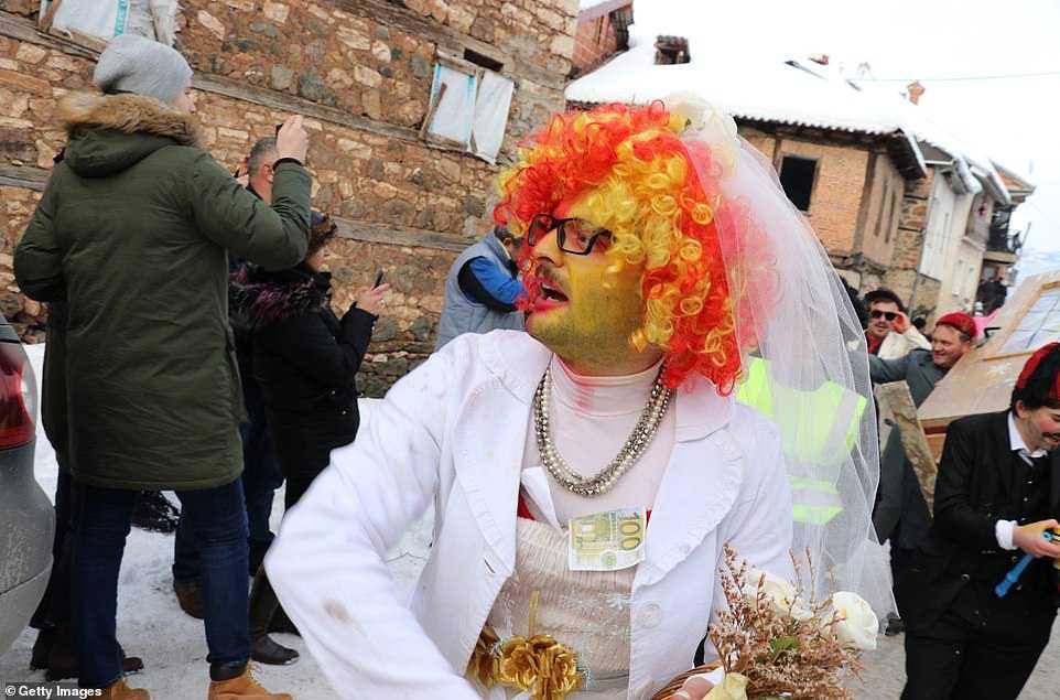 fa8ac20c9a04 Carnaval peculiar da Macedônia lembra um pesadelo de entorpecentes