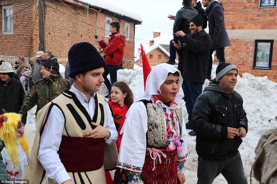 fbe41b48a1fb Carnaval peculiar da Macedônia lembra um pesadelo de entorpecentes