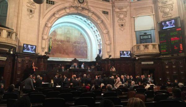 foto da Alerj com membros aprovando o projeto de teto de gastos