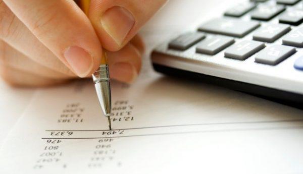 mão alterando projeto financeiro. imagem vinculada ao projeto de teto de gastos e suas alteracões.
