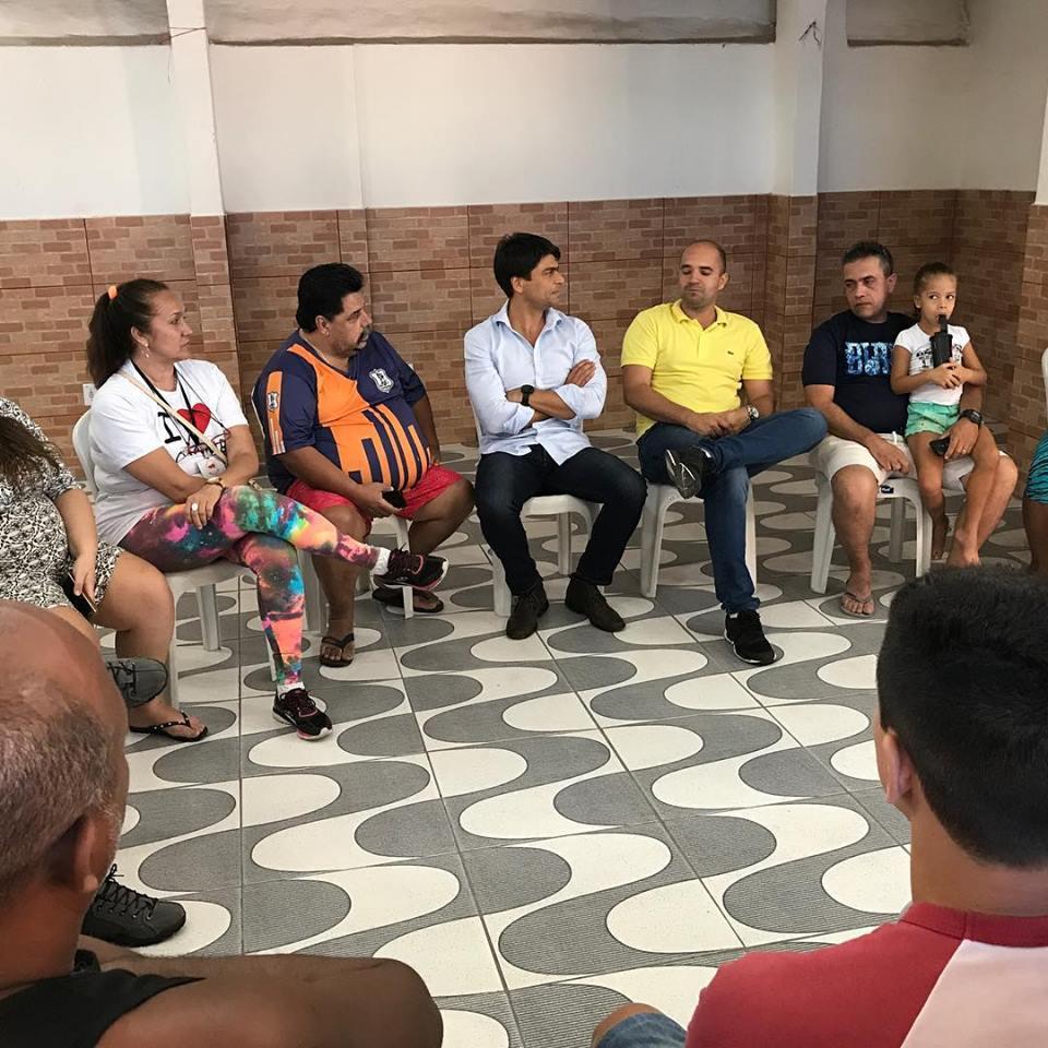 Pedro Paulo com moradores do Cachambi durante visita ao bairro