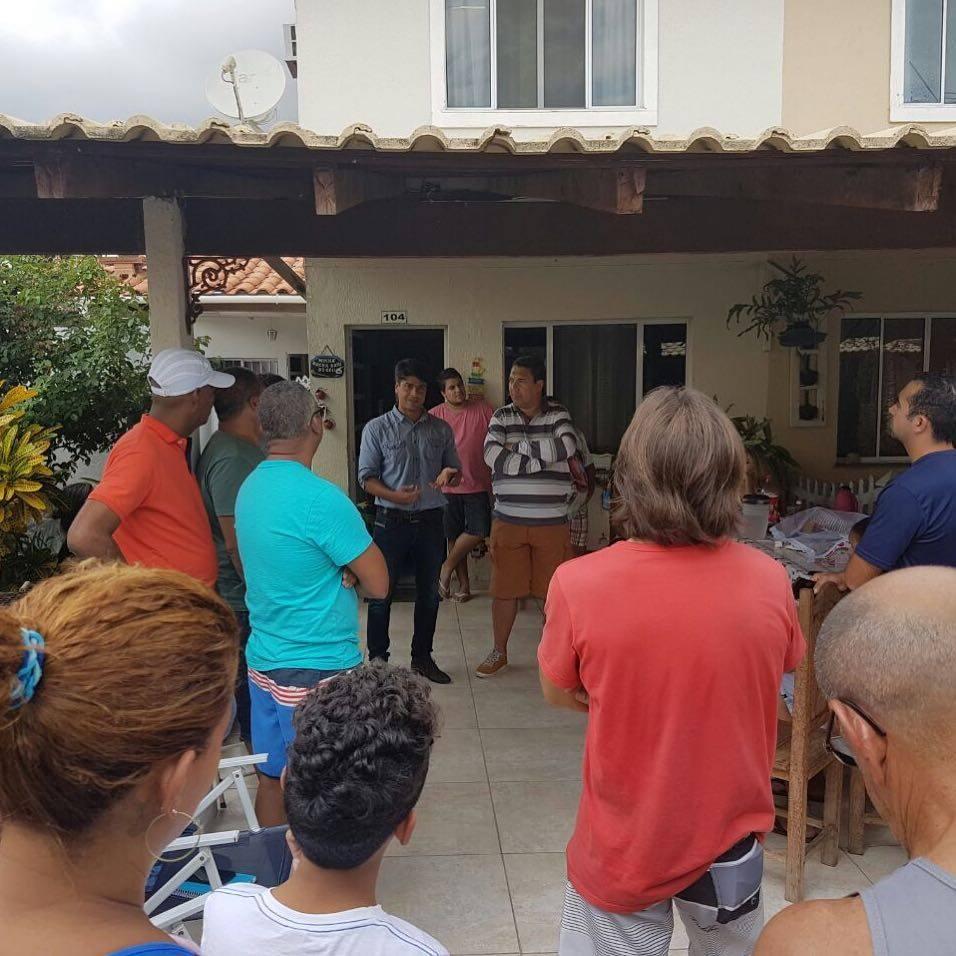 Pedro Paulo com moradores do Campinho durante visita ao bairro