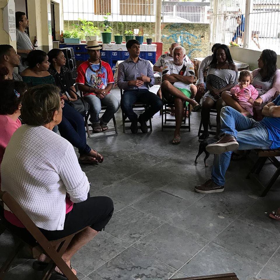 Pedro Paulo com moradores da Cidade de Deus durante visita a Jacarepaguá