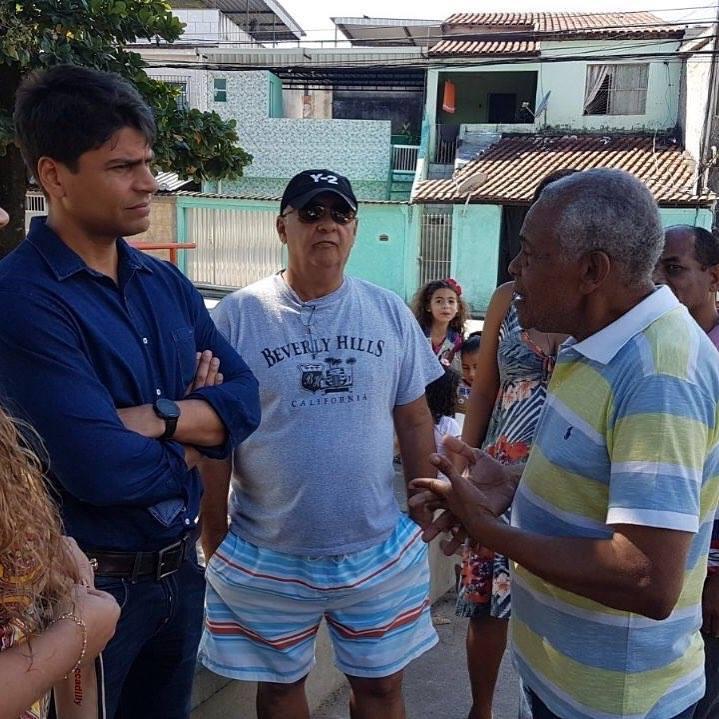 Pedro Paulo com moradores de Deodoro durante visita ao bairro
