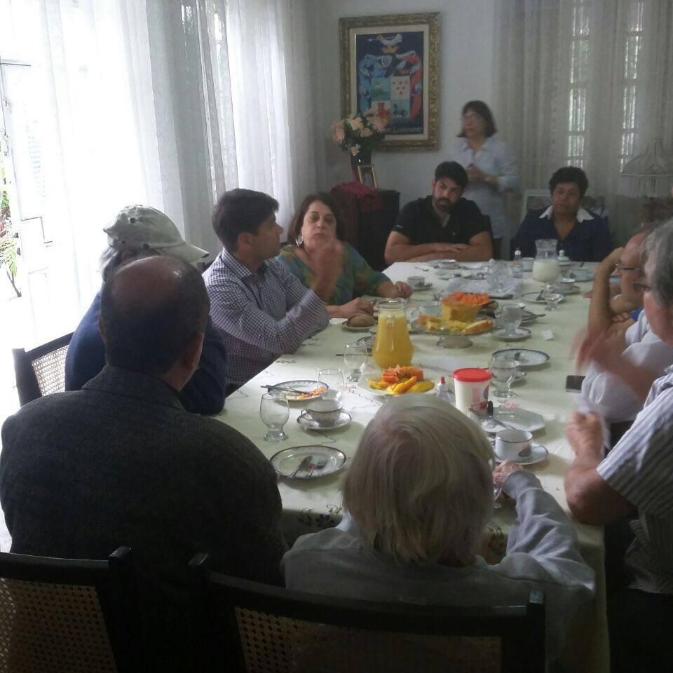Pedro Paulo com moradores da Freguesia durante visita a Jacarepaguá