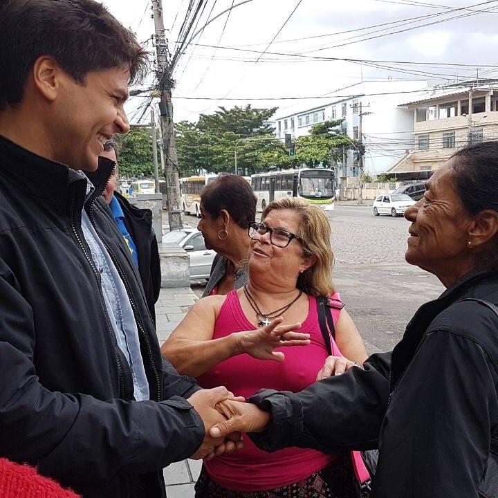 Pedro Paulo ao lado de moradores de Inhaúma, RJ