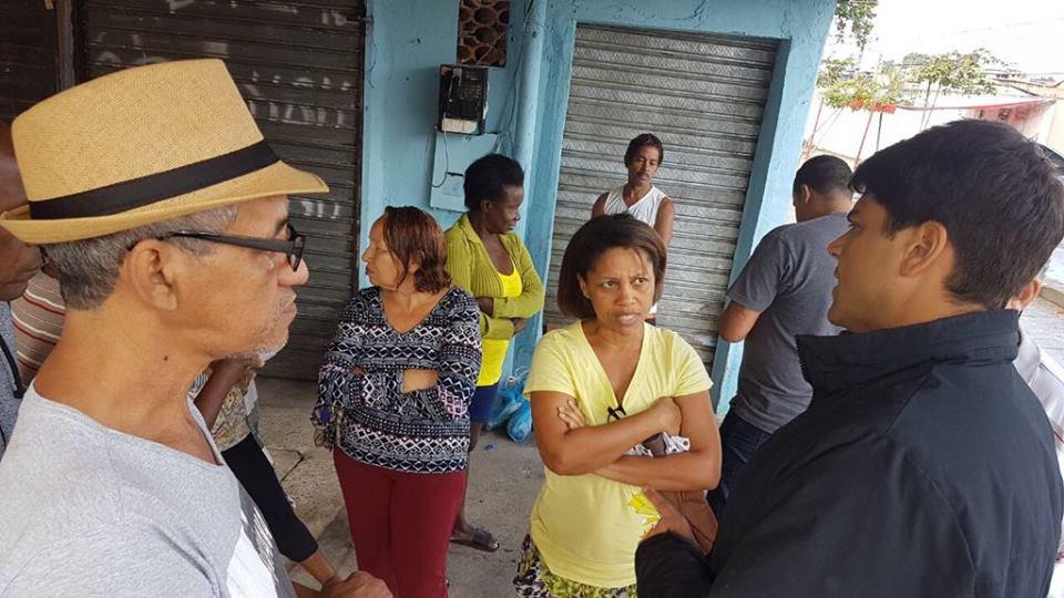 Pedro Paulo com moradores de Madureira durante visita ao bairro