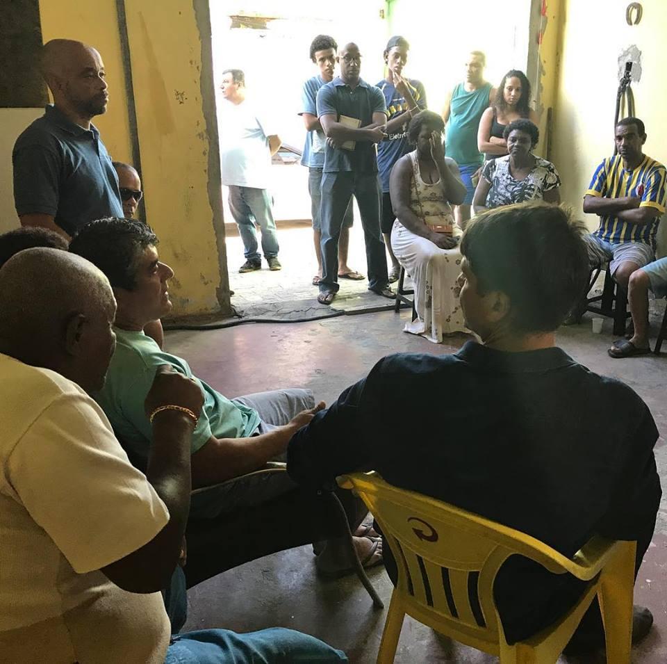 Pedro Paulo com moradores de Parada de Lucas durante visita ao bairro