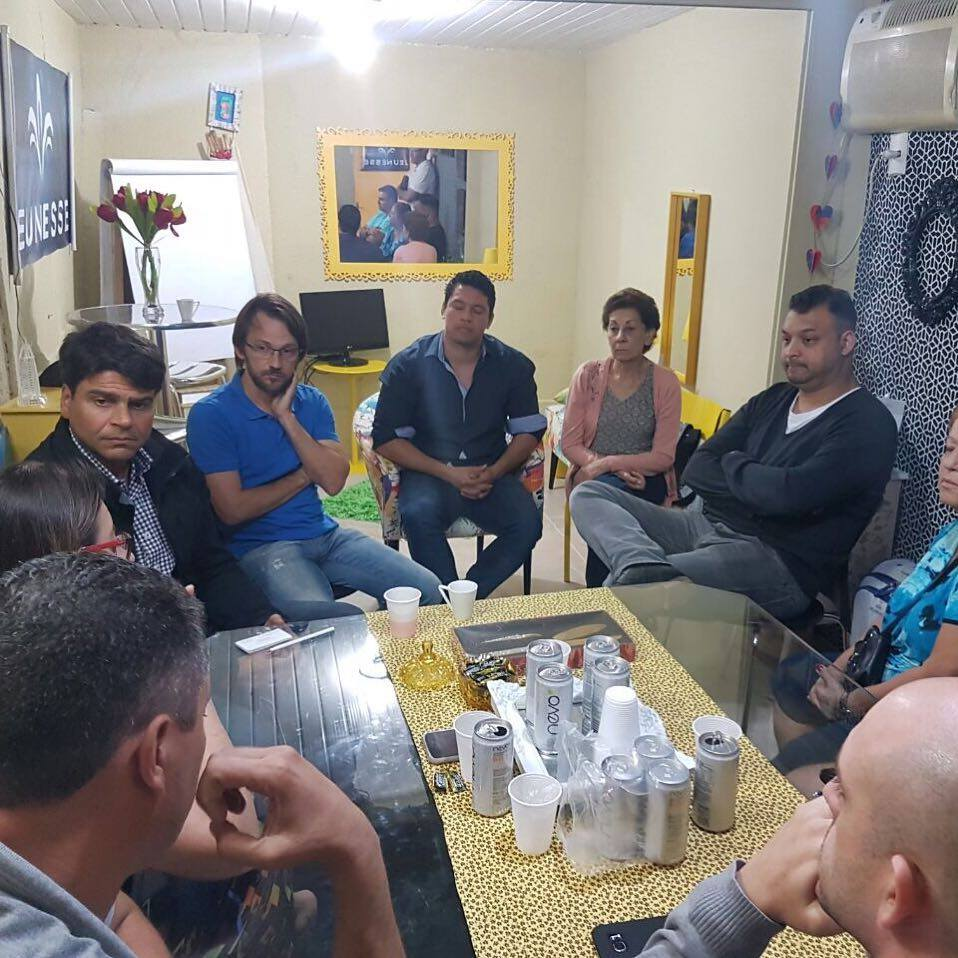 Pedro Paulo com moradores de Praça Seca durante visita ao bairro