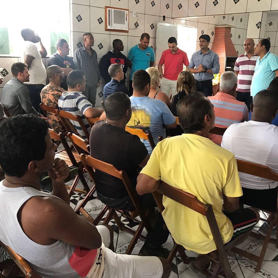 Pedro Paulo com moradores de Santa Margarida durante visita ao bairro