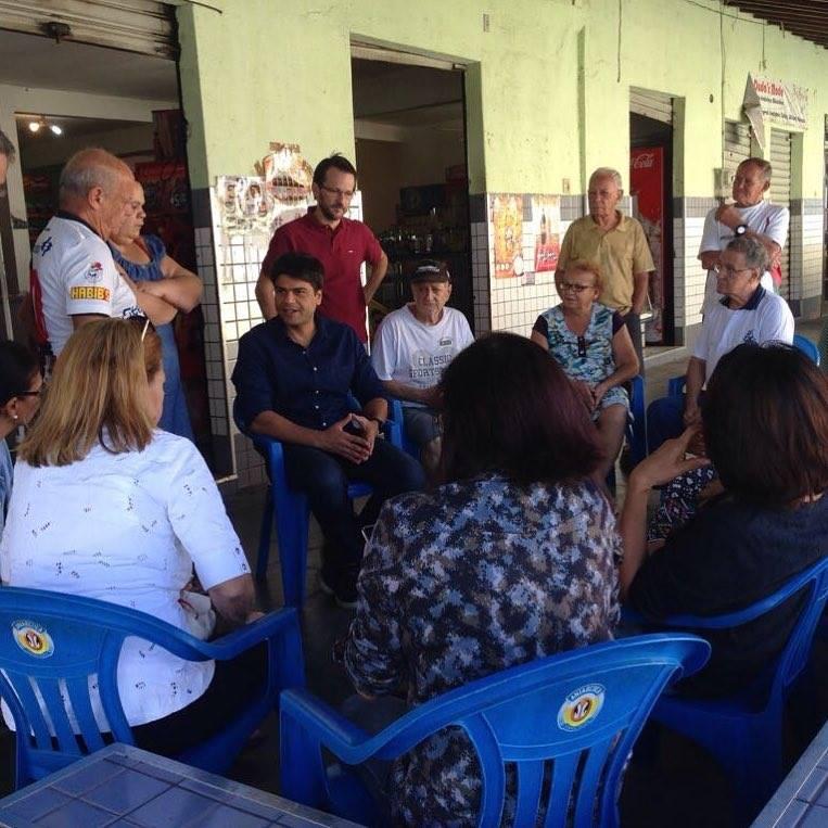 Pedro Paulo com moradores da Taquara durante visita a Jacarepaguá