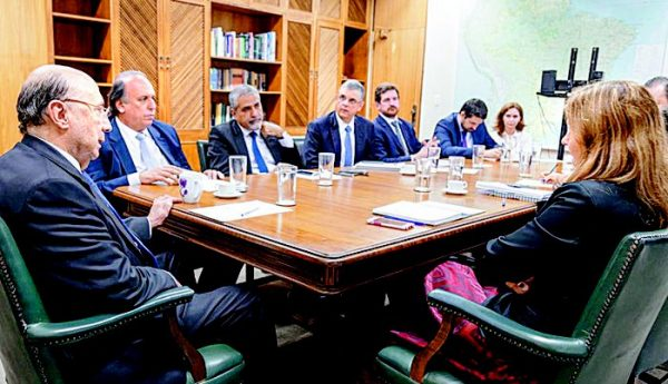 Governador Luiz Fernando Pezão e outros discutindo sobre adesão ao Regime de Recuperação Fiscal dos estados