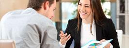 Mulher em escritório apresentando gráficos a um homem