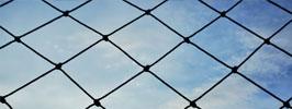 Rede proteção, céu ao fundo