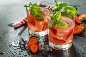 Drink não-alcoólico de morango com manjericão