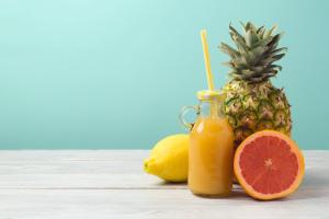Drink não-alcoólico de toranja com abacaxi