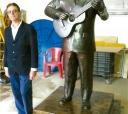 """Natural de Tatuí, o escultor Cláudio Camargo e sua obra, a estátua do itapetiningano e compositor sertanejo Teddy Vieira, autor de """"Menino da Porteira"""""""