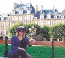 No último outubro em Paris, França, a pintora itapetiningana Angela Oliveira - Jean Pierre