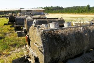 Algumas das carretas tanques usadas para armazenar a resina coletada das árvores, estão paradas com a diminuição dos trabalhos <br /><small style='font-size:11px; display:block; margin-top:10px'><em>Foto: Mike Adas</em></small>