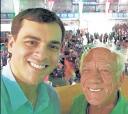 "No último janeiro, no Rio (esquerda para direita) os itapetininganos, o estilista Sandro Barros e seu pai Antonio Barros, no ensaio da escola de samba ""Grande Rio"""