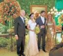 O casal itapetiningano Marina Rodrigues Wey – Cláudio Barsanti Wey, ele, medico dermatologista, ladeiam os noivos Bruna Freitas e Theodorico Mello, no último sete, num sábado, em Itapeva