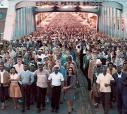 """Em cena do recém-lançado filme """"Selma"""", cerca 600 pessoas atravessam a Ponte Edmundo Pertus, entre as cidades de Selma e Montgomery"""