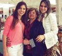 """Coordenadora do grupo itapetiningano """"Vamos ao Teatro"""" Leomira Camargo Nunes, com suas nestas: Júlia Nunes Machado (esquerda) e Luísa Nunes Machado (direita)"""