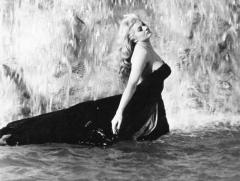 """Em meados de 1960, a atriz Anita Elkeberg, tornou-a ícone do filme """"A Doce Vida"""", de Frederico Fellini, ao entrar na Fontana de Irea seminua - Reprodução/Internet"""