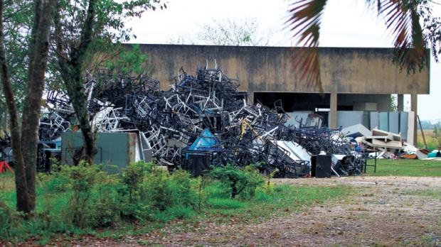 Montanha de sucatas dispensadas pela prefeitura se acumula em área externa do antigo prédio da creche Araiju, próximo ao bairro da Chapadinha