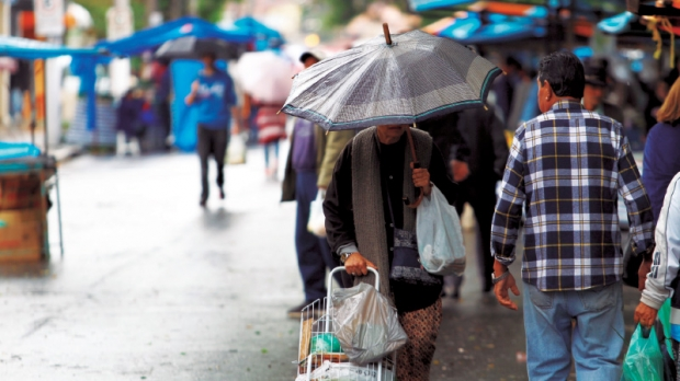 Na última quinta-feira moradores tiveram que recorrer ao guarda-chuva para sair de casa