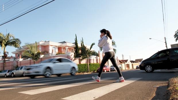 Mesmo com o carro trafegando em alta velocidade, jovem tenta atravessar na faixa de pedestres a Rua Fernando Prestes