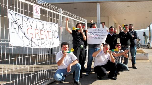 Cerca de 10 funcionários protestavam no local com apitos, cornetas e nariz de palhaço