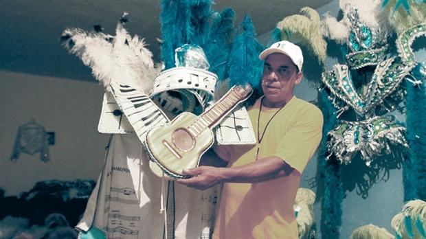 O diretor da Escola Imperador do Samba, Mário Antonio da Silva, mostra uma das fantasias que fará parte do desfile