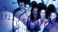 Idealizada pela Cia. Luis Louis, a comédia apoia-se na expectativa de vida do brasileiro, 700 mil horas, para levar à reflexão sobre como a sociedade consome e vive essas horas