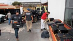 Policiais descarregam de caminhão as máquinas caça-níqueis apreendidas na Vila Santana